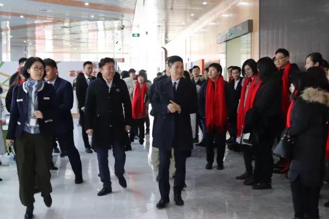 在参观期间,青岛市组织部副部长,市人社局局长纪敏,市北区人民政府副