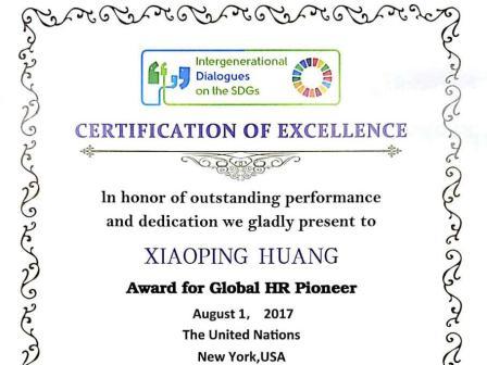 """聯合國NGO主席Bruce?Knotts為黃小平授予并親自頒發""""Global?HR?Pioneer""""榮譽"""